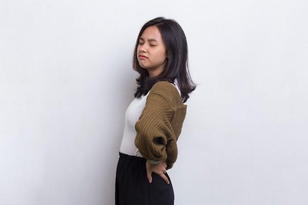 Jovem mulher asiática sofrendo de dor lombar e dor lombar na cintura