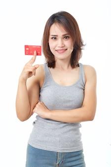 Jovem mulher asiática sorridente apresentando cartão de crédito