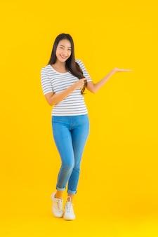 Jovem mulher asiática sorrir feliz com ação