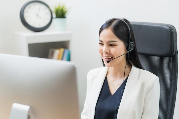 Jovem mulher asiática trabalhando em agentes de atendimento ao cliente em call center