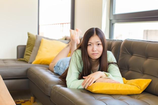 Jovem mulher asiática triste e chorona com uma expressão infeliz, chorando com uma atitude negativa e frustrada