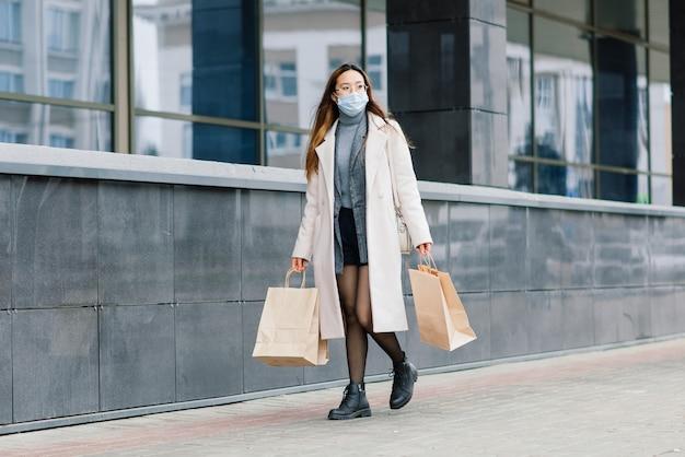Jovem mulher asiática usando máscara facial em pé em uma rua doméstica