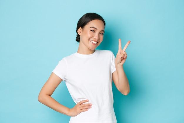 Jovem mulher asiática vestindo uma camiseta casual posando