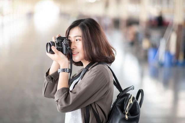 Jovem mulher asiática viagens está desfrutando com belo lugar em bangkok, tailândia