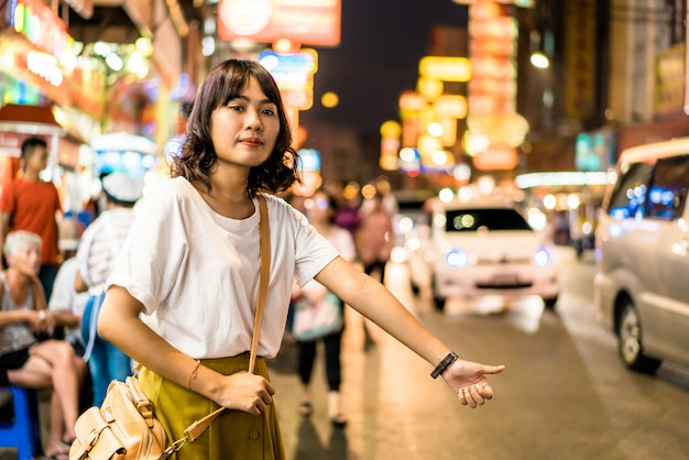 Jovem mulher asiática viajante com vista na china town em bangkok, tailândia