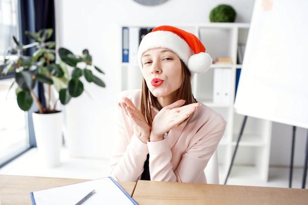Jovem mulher atraente bonita sentar no escritório.