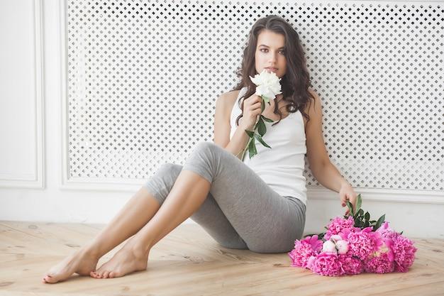 Jovem mulher atraente com flores