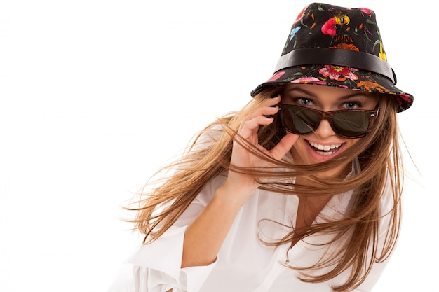Jovem mulher atraente de camisa e óculos de sol