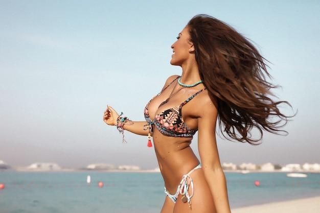 Jovem mulher atraente na praia