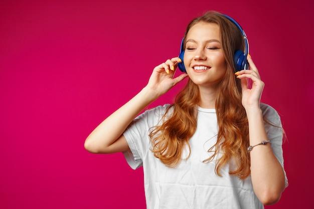 Jovem mulher atraente ouvindo música com fones de ouvido