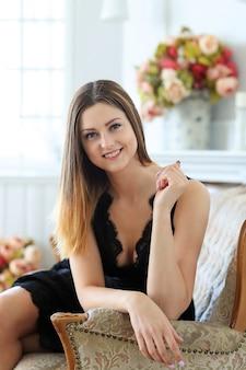 Jovem mulher atraente, posando no sofá