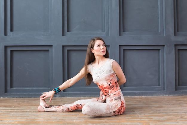 Jovem mulher atraente praticando ioga