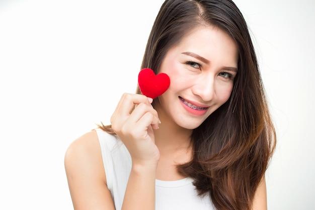 Jovem mulher atrativa bonito com coração vermelho. dia dos namorados retrato de arte.