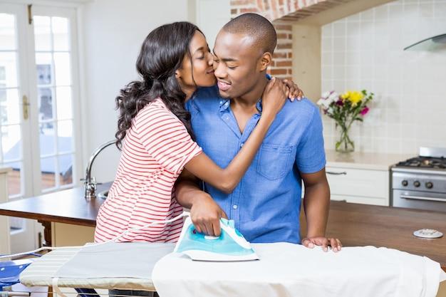 Jovem mulher beijando homem nas bochechas