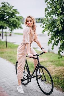 Jovem, mulher, bicicleta, parque
