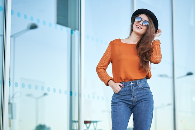 Jovem mulher bonita à moda
