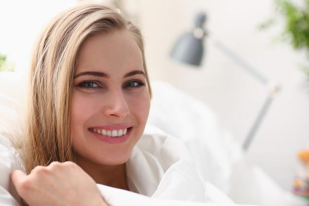 Jovem mulher bonita acordando de manhã conceito