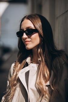 Jovem mulher bonita andando na cidade