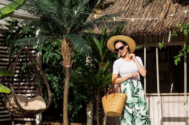 Jovem mulher bonita ao ar livre no resort balinesa