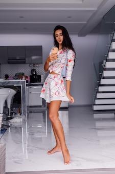 Jovem, mulher bonita caucasiana, blogueira de moda vestindo roupas elegantes