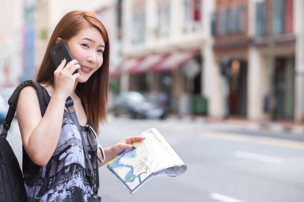 Jovem, mulher bonita, chamando, táxi público, por, telefone, em, cidade