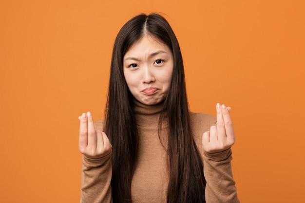 Jovem mulher bonita chinesa mostrando que ele não tem dinheiro.