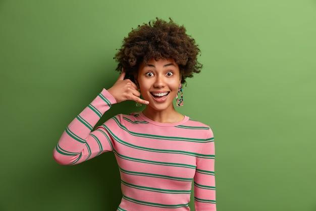 Jovem mulher bonita com cabelo encaracolado isolado