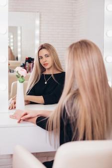 Jovem mulher bonita com cabelo loiro longo e saudável