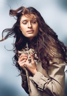 Jovem mulher bonita com cabelo longo cacheado