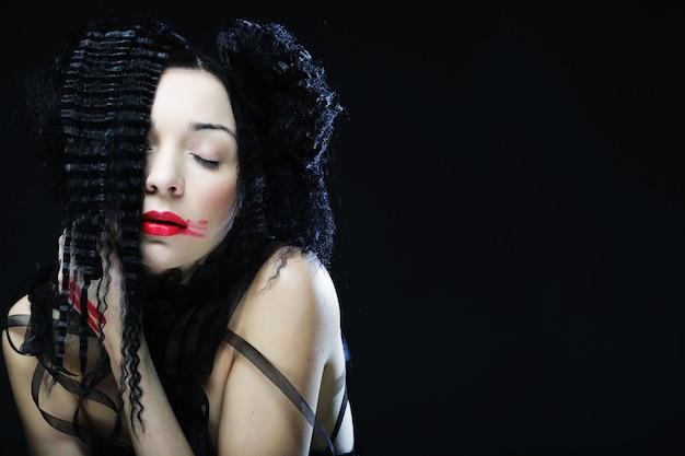 Jovem mulher bonita com cabelos cacheados e lábios vermelhos