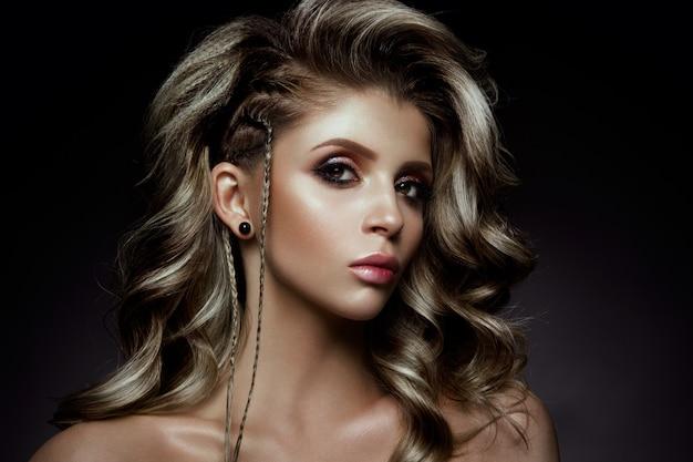 Jovem mulher bonita com cabelos muito encaracolados