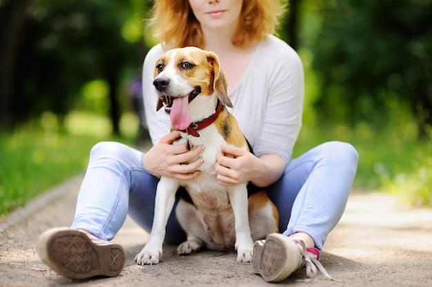Jovem, mulher bonita, com, cachorro beagle
