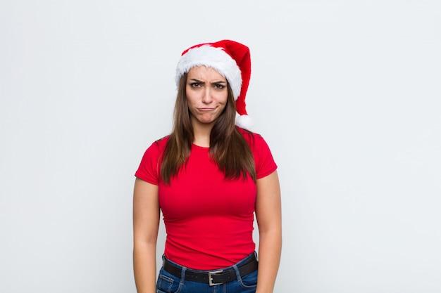 Jovem mulher bonita com chapéu de papai noel. conceito de natal