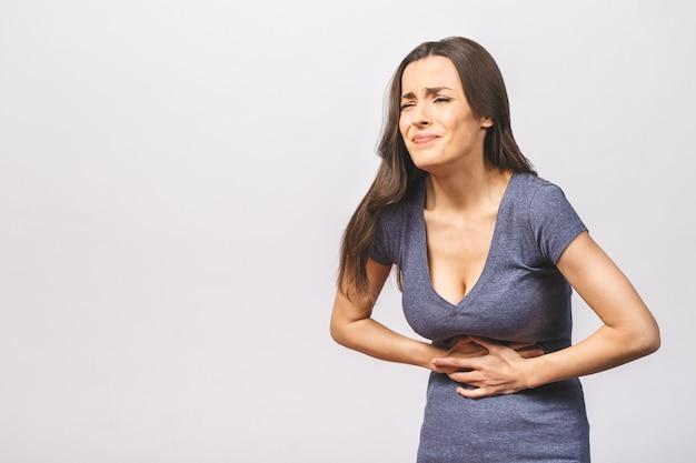 Jovem mulher bonita com dor abdominal