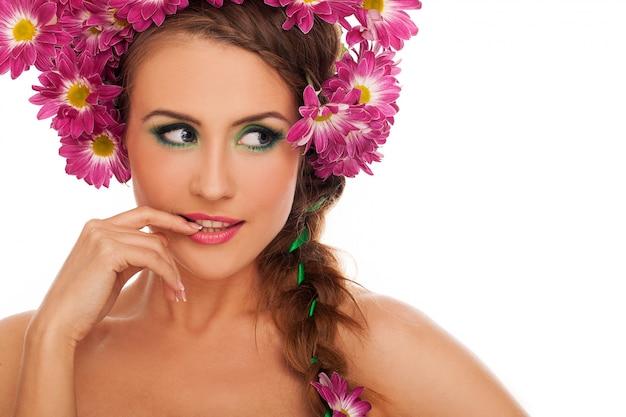 Jovem mulher bonita com flores no cabelo
