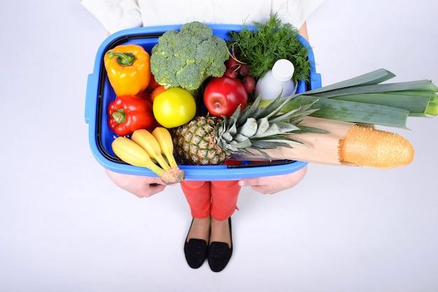 Jovem mulher bonita com frutas e legumes.