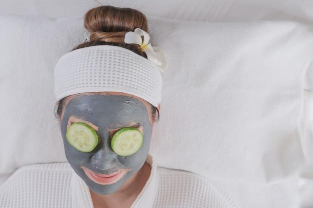Jovem mulher bonita com máscara facial