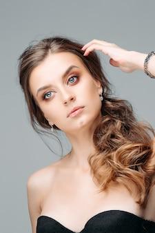 Jovem mulher bonita com olhar pensativo