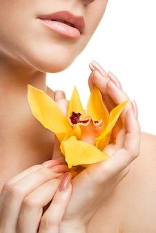 Jovem mulher bonita com orquídea
