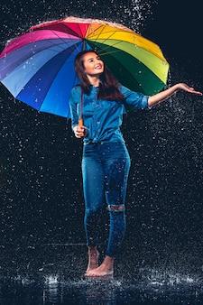 Jovem mulher bonita com um guarda-chuva.