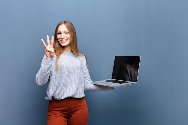 Jovem mulher bonita com um laptop