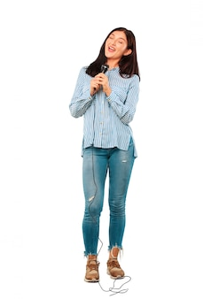 Jovem mulher bonita com um microfone