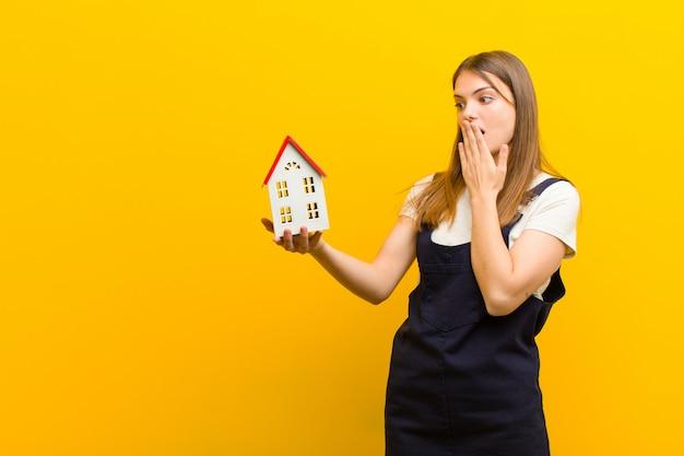 Jovem mulher bonita com um modelo de casa