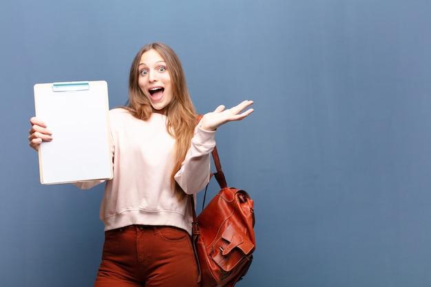 Jovem mulher bonita com um pedaço de papel