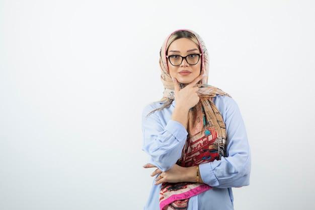 Jovem mulher bonita com um xale colorido usando óculos