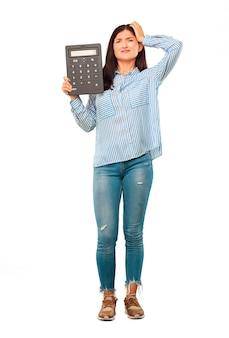 Jovem mulher bonita com uma calculadora