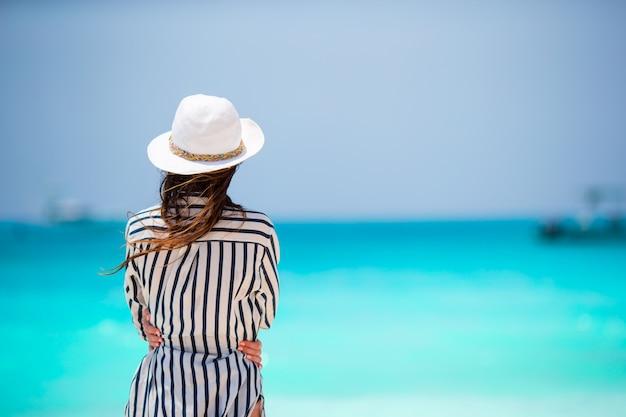 Jovem mulher bonita de férias de praia