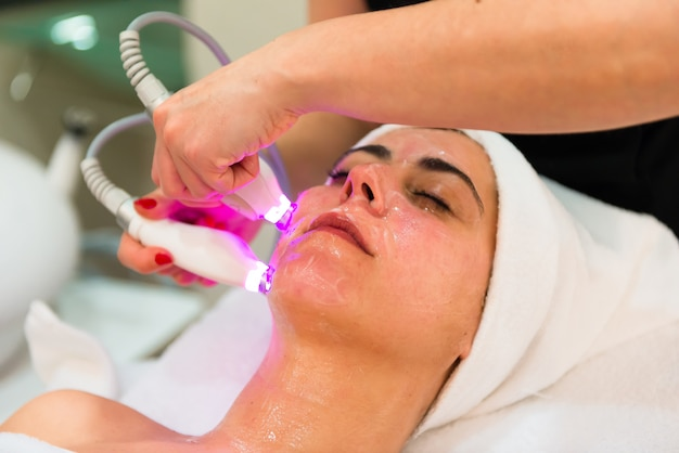 Jovem mulher bonita durante um tratamento de microdermoabrasão