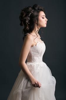 Jovem mulher bonita e elegante em vestido de noiva