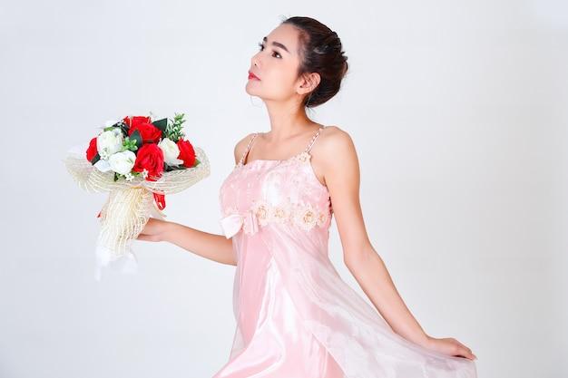 Jovem mulher bonita e lindo vestido